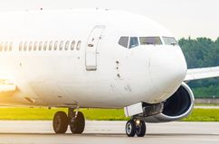乘客的鼻子和飞行员,飞机接近的驾驶舱 免版税库存照片