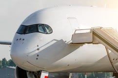 乘客的鼻子和飞行员,飞机接近的驾驶舱 库存图片