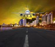 乘客空中飞机着陆在都市机场 免版税库存照片