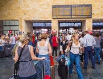 乘客等待离开在佛罗伦萨火车站-佛罗伦萨意大利- 2017年9月13日 库存照片