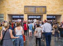 乘客等待离开在佛罗伦萨火车站-佛罗伦萨意大利- 2017年9月13日 免版税库存照片