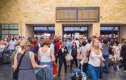 乘客等待离开在佛罗伦萨火车站-佛罗伦萨意大利- 2017年9月13日 库存图片