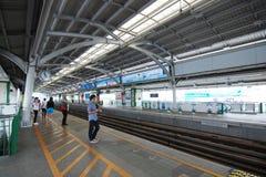 乘客等待BTS天空火车 库存图片