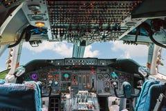 乘客航空公司飞机的老驾驶舱 免版税库存照片