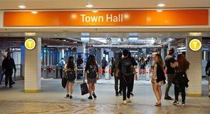 乘客赶紧入从女王维多利亚大厦的城镇厅火车站地下入口 库存图片