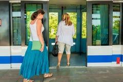 乘客进入火车的门 免版税库存图片