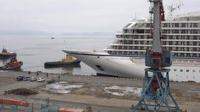 乘客远征巡航划线员码头的北欧海盗猎户星座在海港 影视素材