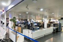乘客通行证安全检查在多莫杰多沃机场 免版税库存照片