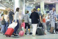乘客预计在机场谢列梅2,在行李的检查整理2014年6月13日 库存照片