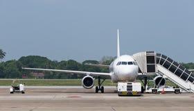 乘客飞机在机场 免版税图库摄影
