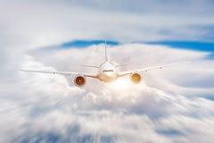 乘客飞机在白天天空阴云密布的快动作飞行,cloudscape 免版税库存图片