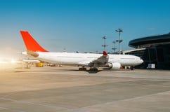 乘客飞机在飞机票的飞机票停放,等待飞行 免版税库存照片