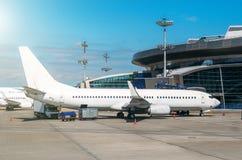 乘客飞机在飞机票的飞机票停放,等待飞行 库存照片