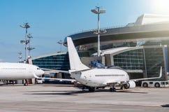 乘客飞机在飞机票的飞机票停放 免版税库存照片