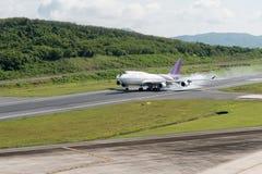 乘客飞机着陆在机场 免版税图库摄影