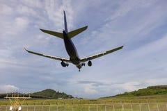 乘客飞机着陆在机场 图库摄影