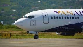 乘客飞机着陆山包围的机场跑道,运输 股票录像