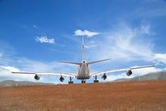 乘客飞机着陆蓝天背景 免版税库存图片