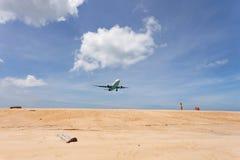 乘客飞机着陆,人们拍在海滩的一张照片在s 图库摄影