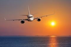 乘客飞机飞行 免版税库存图片