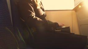 乘客骑马公共交通工具,回家在忙来忙去的一天,每日惯例以后 库存照片