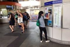 乘客购买与票机器的一张票在BTS Skytrain 免版税库存图片