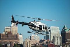 乘客直升机飞行在纽约 免版税库存照片