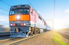 乘客柴油火车移动速度铁货车旅途日落光 免版税库存照片