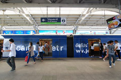 乘客从BTS天空火车出去和  免版税库存照片