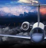 乘客aeroliner通过风暴飞行 免版税库存照片