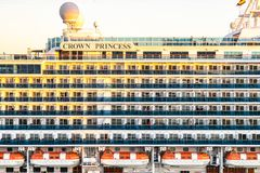 乘客stateroom阳台和救生船在公主游轮,在日落 图库摄影