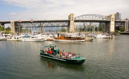 乘小船的游人通过温哥华` s口岸乘坐 图库摄影
