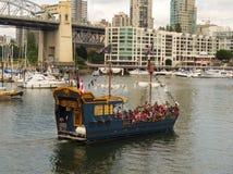 乘小船的游人通过温哥华` s口岸乘坐 免版税库存照片