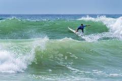 乘巨大的波浪的冲浪者在世界海浪同盟竞争时在拉卡诺法国 免版税图库摄影