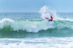 乘巨大的波浪的冲浪者在世界海浪同盟竞争时在拉卡诺法国 库存图片