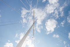 乘快艇与伸展线和蓝天的帆柱 免版税图库摄影