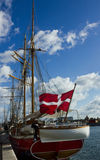 有丹麦旗子的游艇 图库摄影