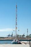 乘快艇与在帆柱的摩尔斯电码旗子被停泊对梨 库存图片