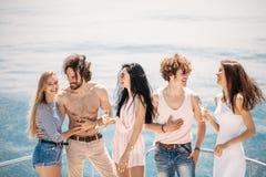 乘快艇与有的青年人的党小船党,跳舞在游艇甲板弓  免版税图库摄影