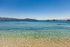 乘快艇在一个美丽的海湾的船锚靠近博德鲁姆,土耳其 库存图片