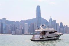 乘快艇在与摩天大楼的海湾在背景中 美好的都市风景 库存图片