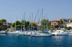 乘快艇在停泊, Neos Marmaras,希腊 免版税库存图片