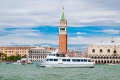 乘快艇在大运河的航行在圣马克& x27前面; s在威尼斯摆正 免版税图库摄影