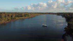 乘快艇在水希望海岛高尔夫球场,早晨光上午5点 股票录像