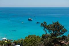乘快艇在Konnos海湾,塞浦路斯的设置船锚 免版税库存照片