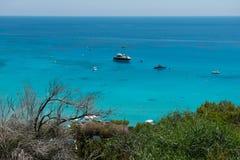 乘快艇在Konnos海湾,塞浦路斯的设置船锚 库存图片