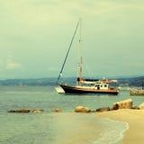 乘快艇小船、码头和沙子海滩,地中海,希腊 库存图片