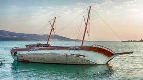 乘快艇搁浅,半下沉的风船,折磨的gulet 股票录像