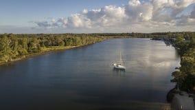 乘快艇早晨视图希望海岛,看coomera河的英属黄金海岸 免版税库存图片