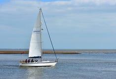 乘快艇留下费利克斯托轮渡在河Deben的嘴 免版税库存照片